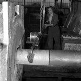 Een blok aluminium wordt in de profielpers gedrukt