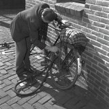 Voordat men naar huis fietst worden de banden opgepompt