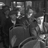 Mijnwerkers van de Staatsmijn Emma die na afloop van de nachtdienst per bus naar huis worden vervoerd