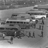 Autobussen bij de Hoofdingang van de Staatsmijn Maurits (dienstwisseling)