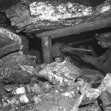 Breukpijler 4B 378 meter verdieping Laura Mijn. Houwer Meerten bezig met roven. Grote brokken steen vallen uit het niet meer ondersteunde dak van de pijler