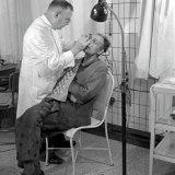 Verbandmeester H. Smeets verricht ogenonderzoek in de verbandkamer van de Oranje Nassau 1