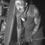Mijnwerker Baggen brengt boorgaten aan in het liggend gedeelte van de galerij onder de koollaag. Willem Sophia Mijn