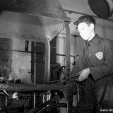 Een OVS'er van de Staatsmijn Hendrik bij het smitsvuur in de OVS werkplaats