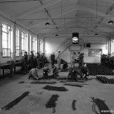 Onder toezicht van de opzichter werken de OVS'ers van Troep 12 van de Staatsmijn Hendrik in de OVS werkplaats
