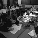 De OVS'ers van Troep 12 van de Staatsmijn Hendrik achter de mijnboeken in het leslokaal