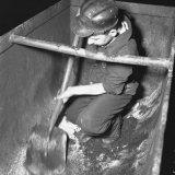 Nol Schrijen reinigt mijnwagens op de losvloer van de Staatsmijn Hendrik