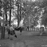 Zomerkamp Vaalsbroek. Opening van de dag met het hijsen van de vlag door OVS-ers (Opleiding Staatsmijn Hendrik)