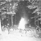 Zomerkamp Vaalsbroek. Het aansteken van het kampvuur door OVS-ers (Opleiding Staatsmijn Hendrik)