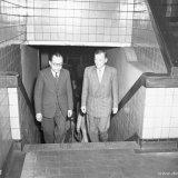 Dr. Halta en mr. Linthorst op weg naar de kamer van de heer Bergstein
