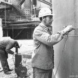 Medewerkers van de afdeling Materiaal en Corrosie Onderzoek (MCO) aan het werk