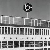 Nieuw logo op het Hoofdkantoor van DSM in Heerlen