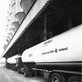 Beletterde bulkwagens voor Stamylan (polyethyleen) op het Polychemiebedrijf