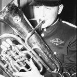 Muzikant van het muziekkorps van de Staatsmijn Hendrik tijdens een openingsconcert in het Royal theater te Geleen