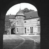 Gezicht vanuit de toegangspoort op het binnenplein van Huis Millen te Nieuwstadt