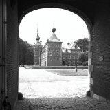 Kijkje door de poort van Kasteel Eijsden