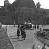 Begrafenis van Hoofdbedrijfsingenieur J.W.C. op den Kamp van de Staatsmijn Hendrik. De stoet voor de Staatsmijn Hendrik