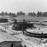 Zwavelzuurtanks en de Ammoniakwatertanks in aanbouw op het SBB