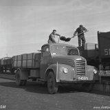 Kolenhandelaar Snijders laadt kolen op de Staatsmijn Wilhelmina