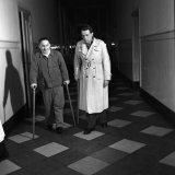 N. Golitzen, hulphouwer Mijn Julia en G. Keulartz, timmerman op de Staatsmijn Wilhelmina oefenen met stokken