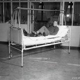 de heer Planken van de Oranje Nassau 3 oefent na een dijbeenbreuk met schaatsoefeningen om de functie van de heupspieren te herstellen