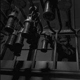 Na de dienst hangen de ondergronders hun lampen aan de wagentjes die achter de loketten zijn opgesteld