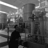 Op de voorgrond een maquette van een zuurstofapparaat in de Zuurstoffabriek van de Cokesfabriek Emma te Beek