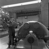 Op de voorgrond de tweede machinist dhr. Janssen in de Zuurstoffabriek van de Cokesfabriek Emma te Beek