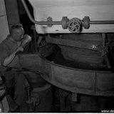 Molenaar M. Vaas regelt de toevoer van gruiskool van de draaitafels naar de poederkoolmolens die een etage lager staan opgesteld in de nieuwe Hogedruk Centrale op de Staatsmijn Emma