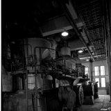Ties Stevelmans, dienstdoend molenaar, controleert de werking van een poederkoolmolen in de nieuwe Hogedruk Centrale op de Staatsmijn Emma