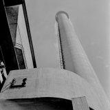 De nieuwe 80 meter hoge betonnen schoorsteen van de Hogedruk Centrale op de Staatsmijn Emma
