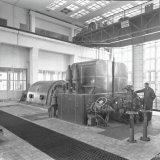 De eerste machinist Nico Verzellenberg verstelt de regulateur in de nieuwe turbo-generator in de Hogedruk Centrale van de Staatsmijn Emma met een capaciteit van 22.000 kW.