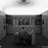 Het controlepaneel wordt nauwkeurig in het oog gehouden door de ketelwacht in de regelkamer van de nieuwe Hogedruk Centrale van de Staatsmijn Emma