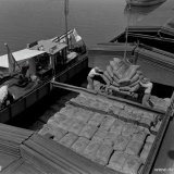 Het laden van zakken kunstmest in een schip in de Haven van Stein
