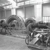 Compressorenhal van de Synthesegasfabriek op het SBB. Rechts Chef van Dienst L. Beugels en links machinist K. Voorbij