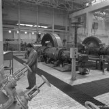 Compressorenhal van de Synthesegasfabriek op het SBB. Op de voorgrond 2e machinist K. Voorbij