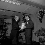 Prins Berhard overhandigt President-directeur Groothoff de versierselen behorende bij de onderscheiding tot Groot-Officier inde orde van Oranje-Nassau