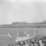 Spelmoment uit de voetbalwedstrijd Limburgs Elftal - Hibernian  op het Juliana terrein te Spekholzerheide