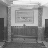 Bank in de hal van het Hoofdbureau aangeboden door de districtvertegenwoordigers van de Staatsmijnen en schilderij aangeboden door de schildersbedrijven