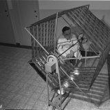 Instituut voor Longonderzoek. 1e assistent P. Stijns controleert het drogen van de bij het periodiek onderzoek gemaakte opnamen
