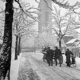Winteropname in de Kastanjelaan te Hoensbroek met op de achtergrond Schacht 3 van de Staatsmijn Emma