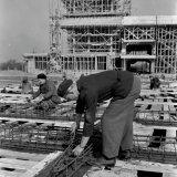 Bouwwerkzaamheden aan de warmte-kracht Centrale op de Cokesfabriek Emma 2  met op de voorgrond kolommenbanen voor de bevestiging van leidingen