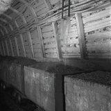 Bovenste kolenlagen in mijnwagons worden nat gehouden door automatische sproeiers zodat ze niet uitdrogen en stofvrij blijven