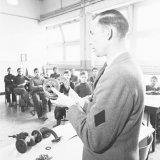 OVS-ers van de Staatsmijn Maurits in het leslokaal tijdens de les mijnbouwkunde