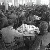 Arbeiders in de kantine van de Cokesfabriek Emma