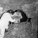 Hoofdingenieur Dresen van de Staatsmijn Hendrik reikt hoofdingenieur Gerards de laatste steen aan waardoor de verbinding Staatsmijn Emma-Staatsmijn  Hendrik tot stand kwam