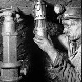 Opzichter Bisschops controleert het kolenfront op de aanwezigheid van mijngas