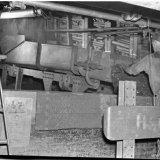 Een lader aan de laadkast in het ondergronds bedrijf van de Staatsmijn Emma