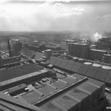 Gedeeltelijk overzicht van het Stikstofbindingsbedrijf. In het midden grote kunstmestloodsen met daarachter de Nitraatfabriek
