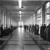 Gang met loketten en opzichterskamers in het nieuwe Hoofdgebouw van de Staatsmijn Hendrik